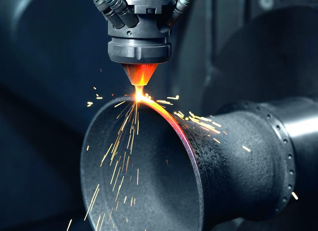De laserkop op de Lasertec 65 bezig met het oplassen van een nieuwe laag. De techniek biedt ook mogelijkheden bij de reparatie van producten (foto: DMG Mori)