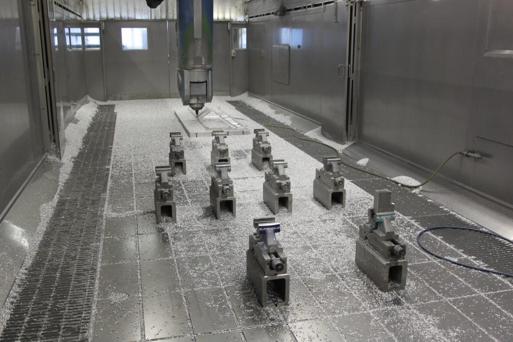 De bewerkingsruimte van een gantry-bewerkingscentrum bij Fokker. De Gripos opspanningen van Gressel zijn geprogrammeerd gepositioneerd, door de vaste positie reduceren de werkstukwisseltijden