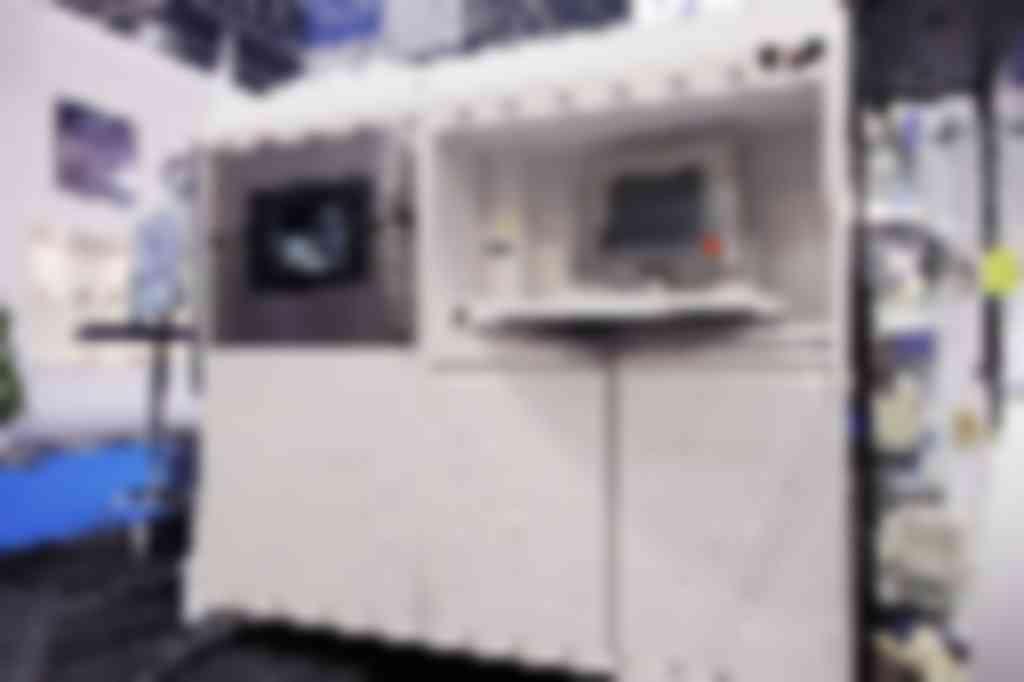 Op de stand van Bendertechniek uit Veenendaal was een interessante 3D-printer te zien voor het printen van metalen. De Eosint M 270 heeft een bouwvolume van 250 mm x 250 mm x 215 mm en de 200 W fiberlaser haalt nauwkeurigheden van +/- 20 micrometer. Deze machine kan bijvoorbeeld gebruikt worden in de tandheelkunde of voor prototyping