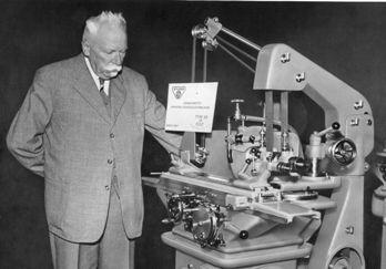 Fritz Studer bij een door hem ontwikkelde slijpmachine