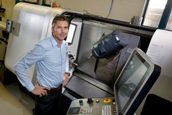 Directeur Arold Moonen bij een van de investeringen, de Gildemeister CTX Beta 1250 TC