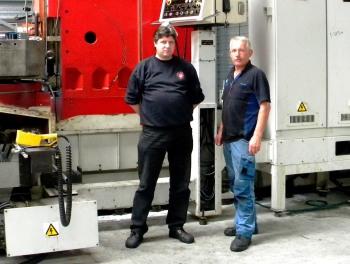 Production Engineer Salo Pronkhorst (l.) van Machine Fabriek Elburg en Walter Krol, service technicus van Laagland, bij het Toyoda Mitsui Seiki bewerkingscentrum in opbouw in de nieuwe machinehal