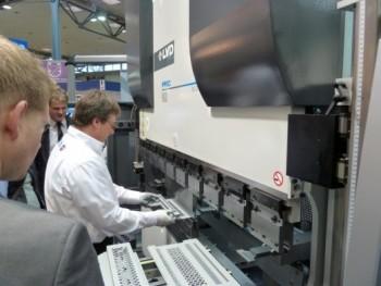 Tijdens de EuroBlech zijn er altijd veel demonstratie van plaatbewerkingen. Hier het afkanten op de in 2010 nieuwe PPEC kantbankserie van LVD (foto: Paul Quaedvlieg)