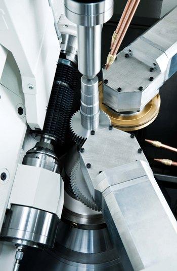 Arbeitsraum der H 250 CDT Die von MAG in Chemnitz entwickelte Technologie synchronisiert Wälzfräs- und Anfas-/Entgratprozesse für die hauptzeitparallele und wirtschaftliche Bearbeitung. Die Einsatzmöglichkeiten der Maschine mit werden durch die Integration angetriebener Werkzeuge noch erweitert