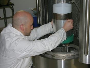 Für das Recycling von Karbonfaser verstärkten Kunststoffen gibt es bislang noch keine wirtschaftliche Lösung. Forscher am Fraunhofer IBP arbeiten an der Weiterentwicklung des Verfahrens der elektrodynamischen Fragmentierung. (© Fraunhofer IBP)