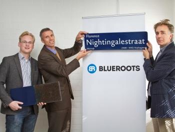 Van links naar rechts: Reyer Velema en Arie de Jong van ARN en Willem Böttger van NPSP tonen het eerste straatnaambord gemaakt van BlueRoots
