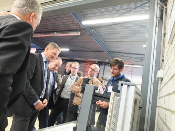 Veel interesse in de uitleg van Peter Kuijpers betreffend de 3D-printtechnologie (foto: Formatec)