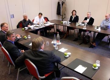 Vimag-Forumdiscussie op woensdag 6 februari bijeen in Bussum (met de klok mee): Gijs Bender, Richard Boske, André Gaalman, Reinold Tomberg, Martin Franke, Chantal Baas, Ton Driessen en René Hazenberg (foto's: Michel Zoeter)
