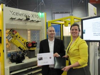 Jan Roelof Kortstra (links, Ko:Work uit Eindhoven) kreeg uit handen van Elise de Koning van Cellro een eetbon voor De Librije voor de naam Xcelerate X10 die hij bedacht had voor de nieuwe X10 laad en losrobot van Cellro