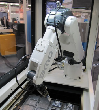 Een nieuwe laad- en losrobot die BMO tijdens de MetaalExpo 2013 in Den Bosch exposeert