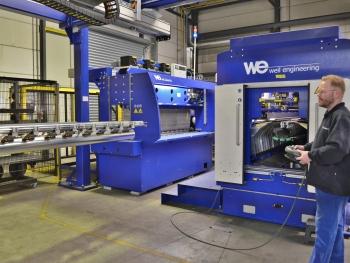 De nieuwe volautomatische productielijn voor walsen en laserlassen bij Formula Air, met op de voorgrond de lasunit en op de achtergrond de wals