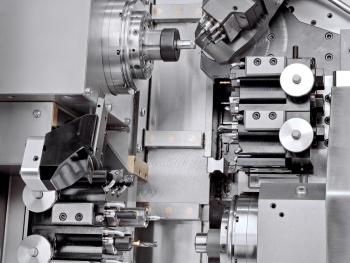 Een kijkje in de Benzinger DoLittle. Linksboven hoofdspil en rechtsonder tegenspil (op de X/Y-slede). Rechtsboven een extra meervoudige gereedschaphouder voor roterende gereedschappen op een NC-zwenkbare freeskop (foto: Benzinger)