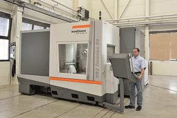 Eigensteifes Maschinendesign und eine Kombination aus technologischen Vorteilen ermöglicht die Installation einer Spindel, die bestmöglich für Titan und Stahl oder ideal auf die Bearbeitung von Aluminium ausgelegt ist