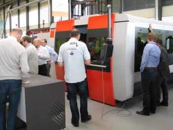 Veel belangstelling voor de BySprint Fiber lasersnijmachine. Dankzij het vermogen van 4 kW kunnen nu tot 20 mm in staal en tot 15 mm roestvast staal en aluminium worden gesneden (foto: Jan Oonk)