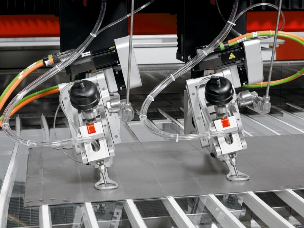 De twee snijkoppen kunnen door de ByMotion besturing en de vijf assen fijne contouren met veel wisselingen van richting en hoeken in dik materiaal snijden