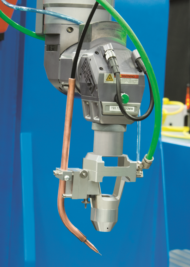 De CW en QCW fiberlasers van Prima Power zijn voorzien een nieuwe lensmontage met cross-jet ontwerp. De cross-jet functie zorgt voor een gas barrière die voorkomt dat metaalspetters en vonken schade toebrengen aan de focuslens (foto: Prima Power)