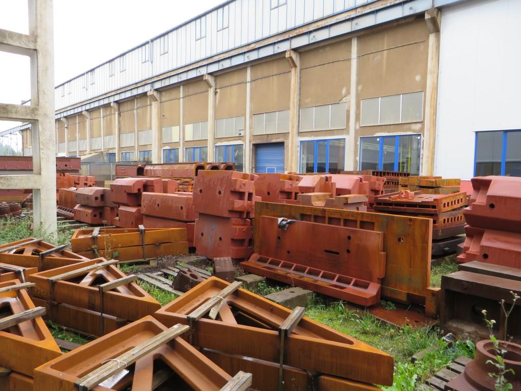 Voorraad gietwerk buiten de productiehallen van TOS Varnsdorf