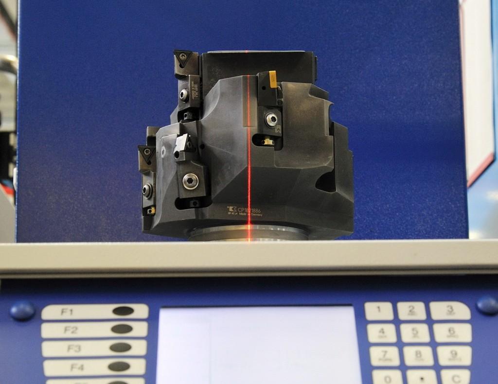 De laserstraal geeft aan waar de onbalans is in het gereedschap