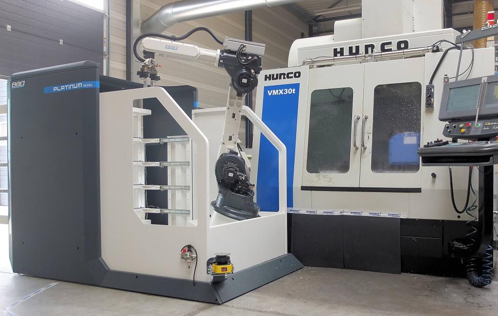 De Pt20F robotcel staat aan een Hurco drie-assige freesmachine, waar eerder al een vierde en vijfde as aan zijn toegevoegd