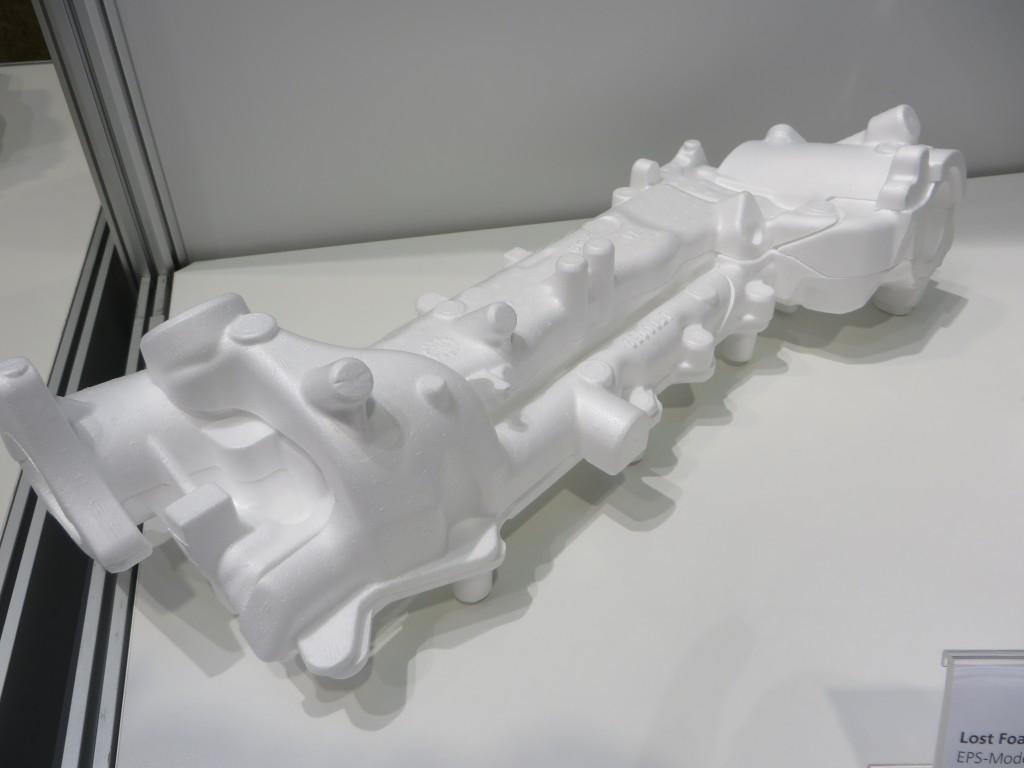 Lost-foam-gietwerk van Handtmann, boven het schuimmodel, onder het gietstuk