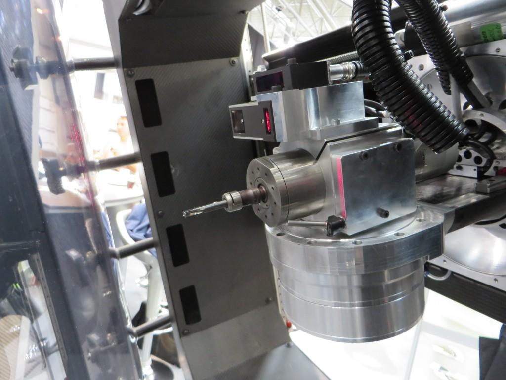 De vijfassige freeskop met de laserscanner