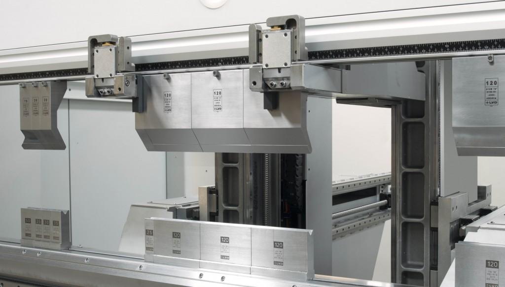LVD presenteert op de EuroBlech een vernieuwde uitvoering van de ToolCell. Dit is een automatische werkende wisselaar voor afkantgereedschappen (foto: LVD)