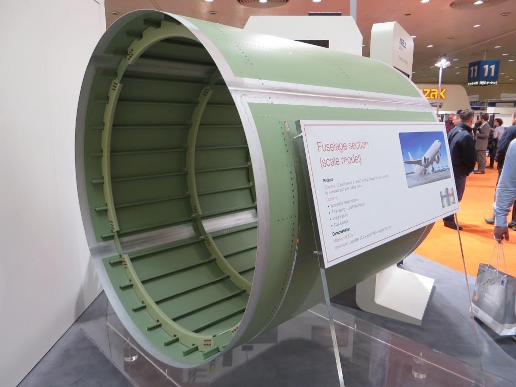 Model van een rompdeel van Airbus waarbij het wrijvingsroerlassen een alternatief is voor klinken
