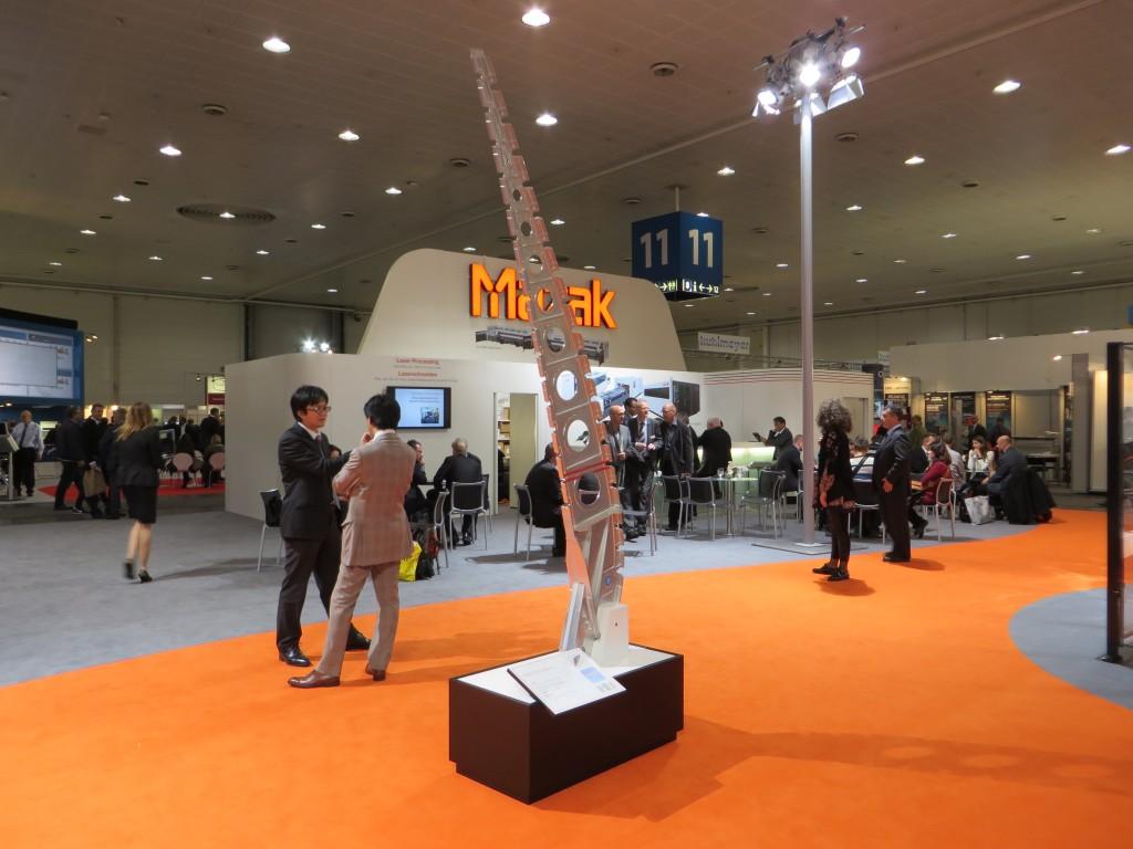 Een gelaste rib voor een vliegtuigvleugel op de stand van Mazak in Hannover