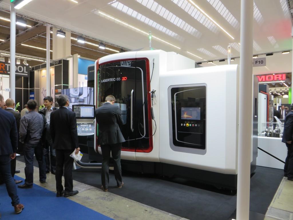 De Lasertec 65 3D van DMG Mori zoals gepresenteerd op de EuroMold 2014, het is een hybride machine voor vijfassig frezen en laseroplassen