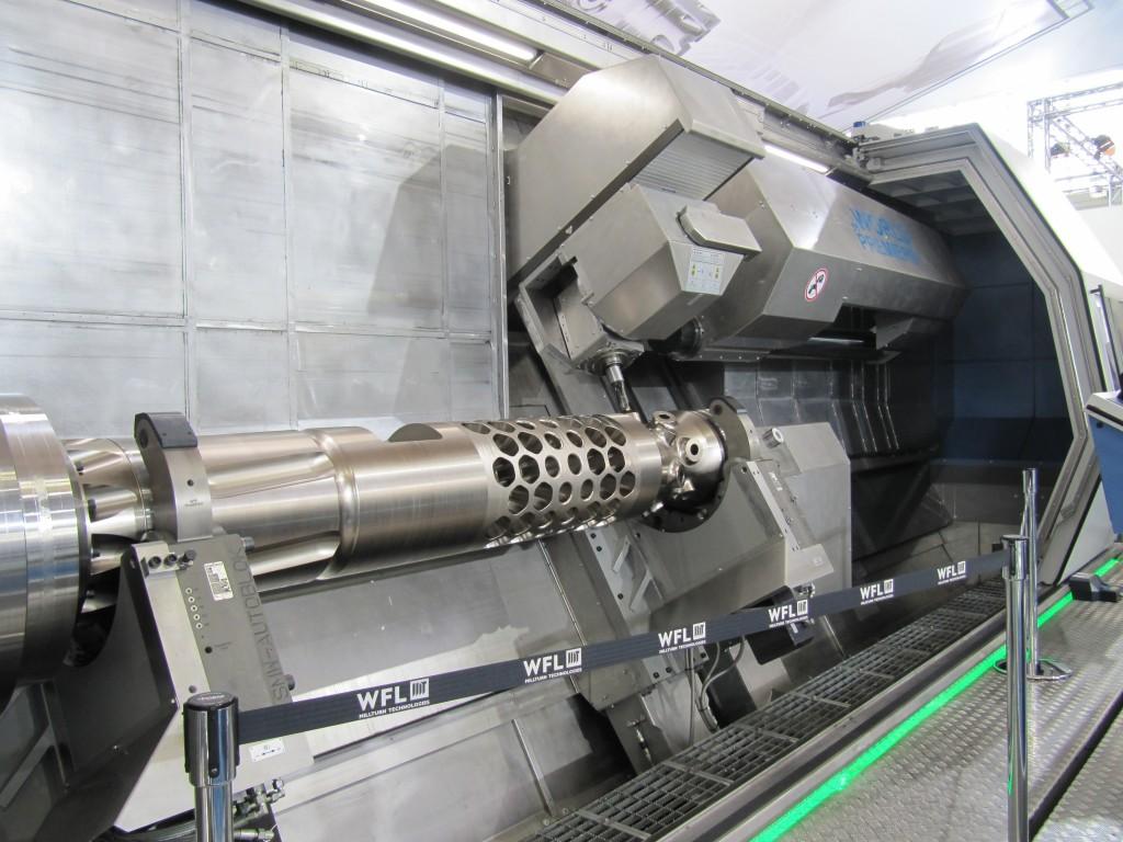 Een kijkje in de grote compleetbewerkingsmachine die WFL exposeerde tijdens de EMO Hannover 2013.