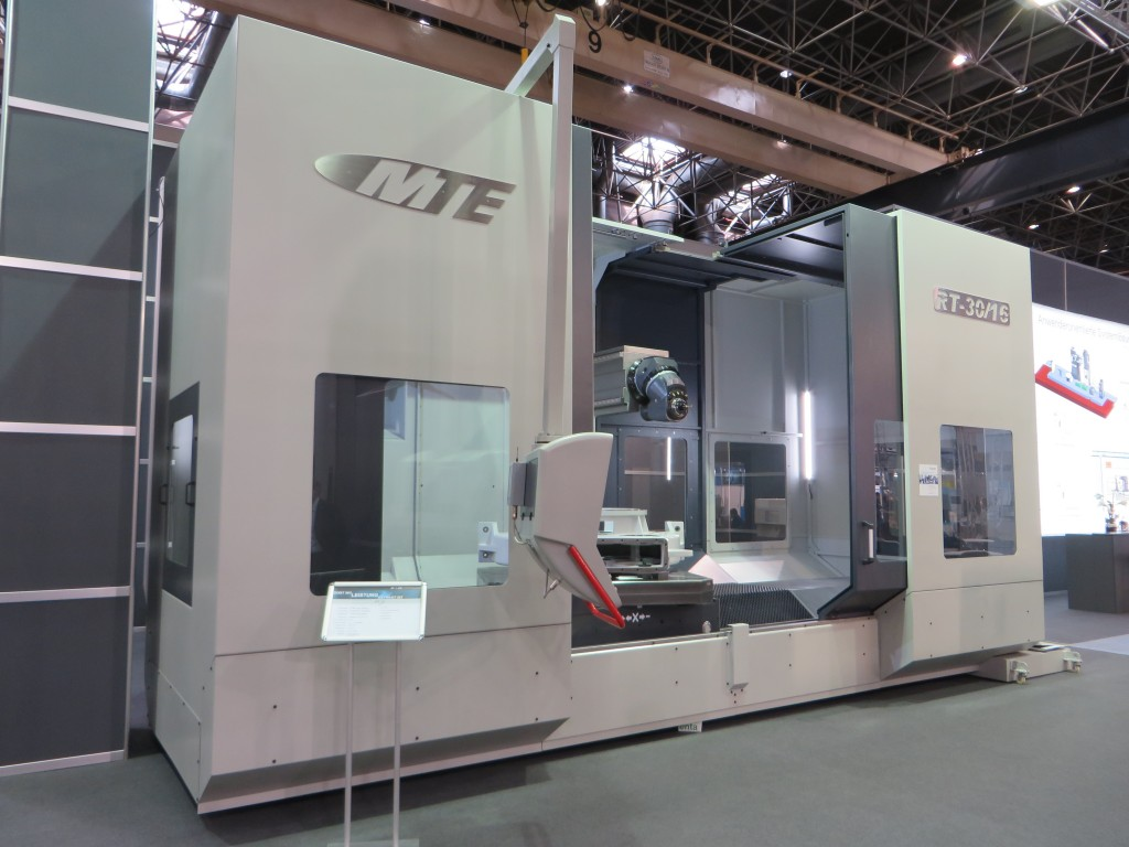 De RT-30/16 (inzet toont het werkstuk) van MTE in Düsseldorf. Dit is een machine met een werkbereik van 3000 mm x 2000 mm x 1400 mm (X x Y x Z). De machine werkt met een oliegekoelde freeskop