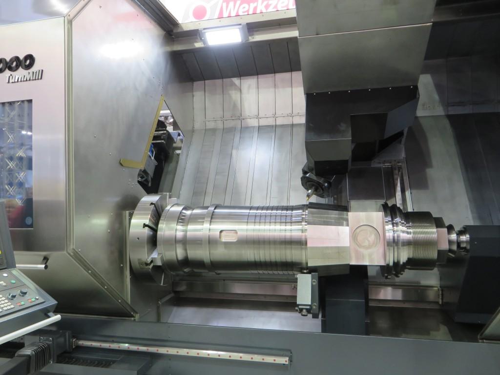 Een lange bank van Tacchi voor binnenbewerkingen. Dit was een van de grotere machines op de Metav 2014. De foto hieronder laat het gereedschap in detail zien. Na de snijkanten zien we walsgereedschap om de oppervlaktestructuur van het verspaande oppervlak te verbeteren