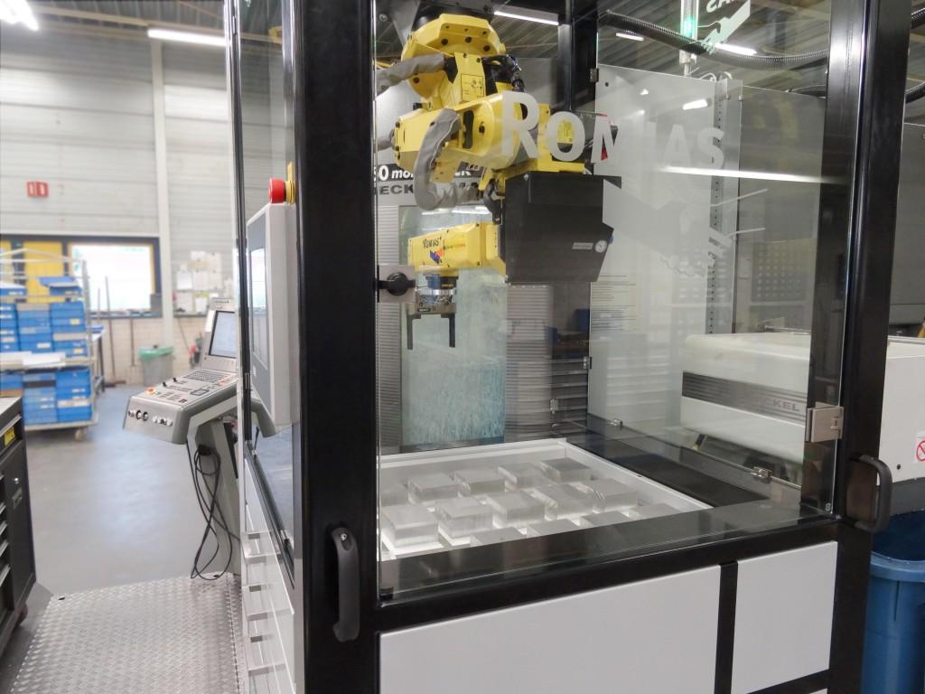 Topaas Metaal in Hengelo, specialist in toelevering van fijnmechanische werkstukken, heeft de productbelading aan een DMU60 bewerkingscentrum geautomatiseerd met een Compact10 robotcel van Romias (foto:  Topaas/Romias)