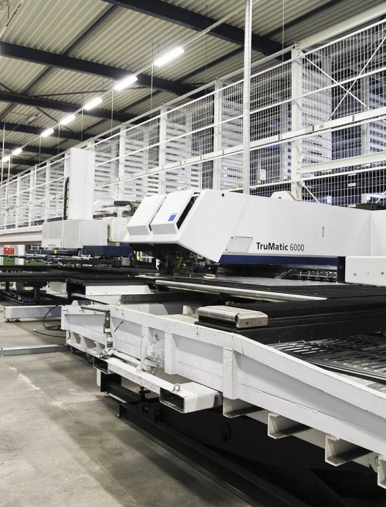 """Vanaf januari 2014 is bij Intermeco in Doetinchem een nieuw Stopa-magazijn in gebruik genomen met 660 opslagplaatsen voor platines en halffabricaten. Aan het magazijn zijn een ponslaser combinatie van Amada, twee ponsnibbelmachines van Amada, een kantpers van Trumpf en een buigcentrum van Weinbrenner gekoppeld. """"Concurrerend zijn bij zowel grote als kleine series"""" is voor het bedrijf daarbij de doelstelling"""
