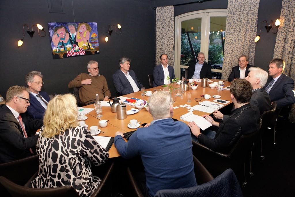 Tijdens een rondetafel bijeenkomst met de organisatoren van de Demoweek en de redactie van Metaal Magazine werd het evenement verder uitgelicht. De mensen op de foto vanaf links te beginnen: van Nieuwamerongen en Meijer (Mitutoyo), Coffeng (Dymato), van Steenis (Dormer Pramet), Koning (Cellro), Hazebroek en van Zeijst (Bemet), Bender (Bendertechniek), Bazuin (Heidenhain Nederland), Tomberg en Wentink (Metaal Magazine), Kooning (DMG Mori Nederland) (foto: Michel Zoeter)