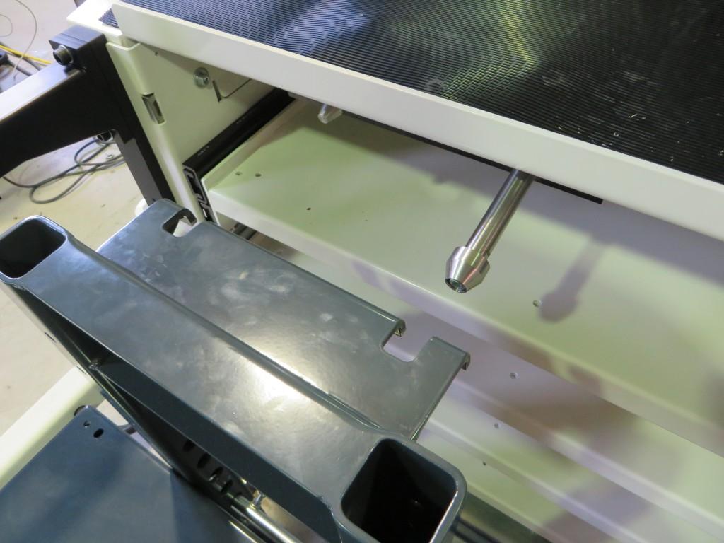 Met behulp van pennen worden de insteekwagens reproduceerbaar op de juiste positie geplaats in de robotcel