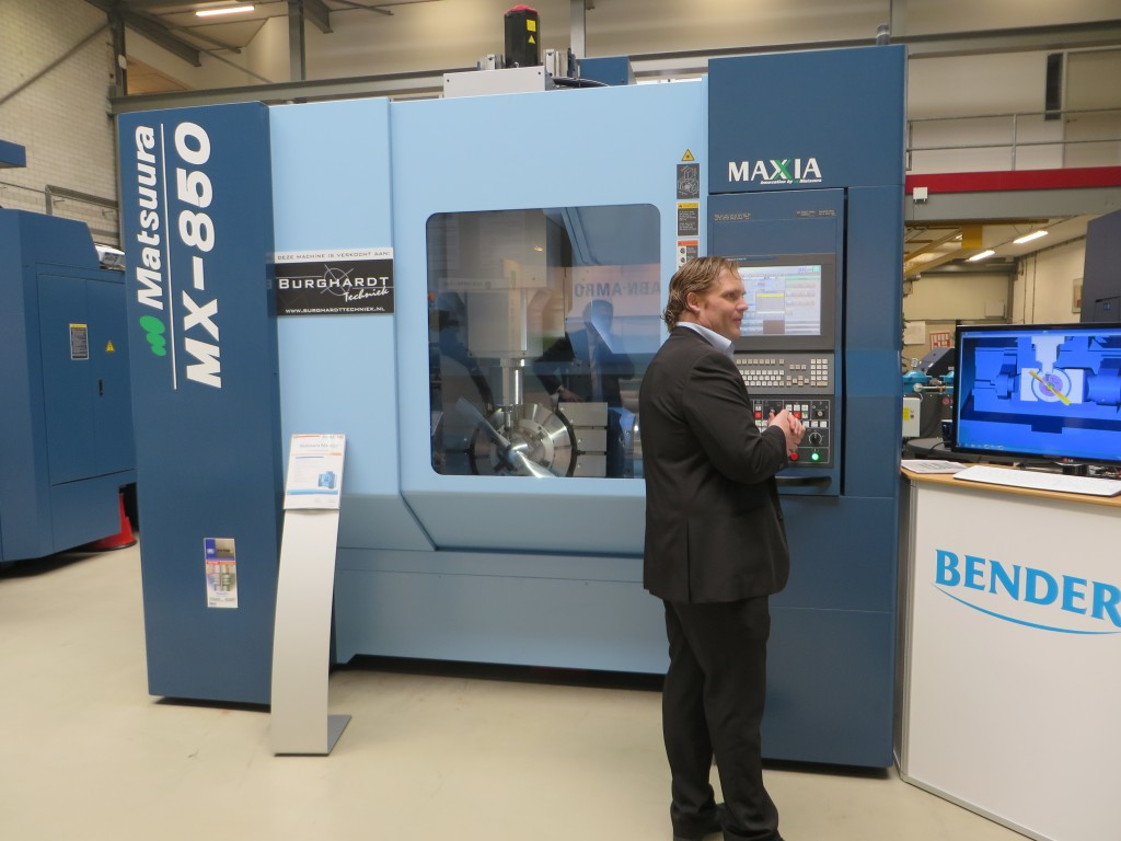 Een Matsuura MX-850 vorige week tijdens de Demoweek gefotografeerd in  de showroom van Bendertechniek in Veenendaal. Deze machine is verkocht aan Burghardt Techniek (foto: Reinold Tomberg)