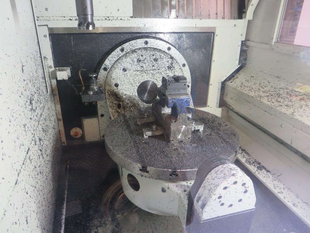 Een kijkje in de e GTX 620 van Finetech. De twee deuren aan voor- en zijkant maken de machine bij uitstek geschikt voor onbemande productie met behulp van een beladingsrobot (foto: Reinold Tomberg)