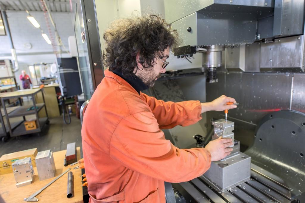 Het opspannen op de draaizwenktafel van het vijfassige Haas bewerkingscentrum van Capecchi Srl uit Italië. IN ons land is Haas vertegenwoordigd door Landré uit Vianen