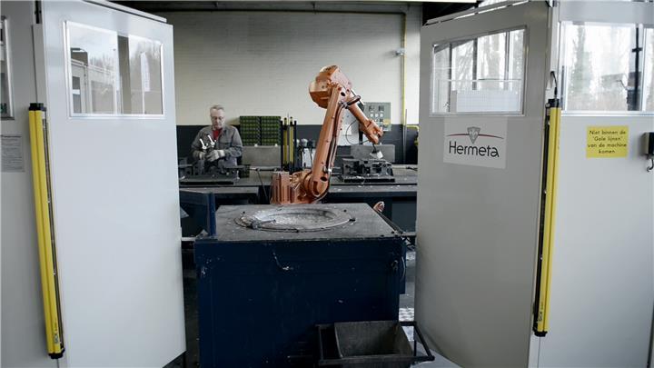 Een robotcel van Hermeta voor het gieten van aluminium