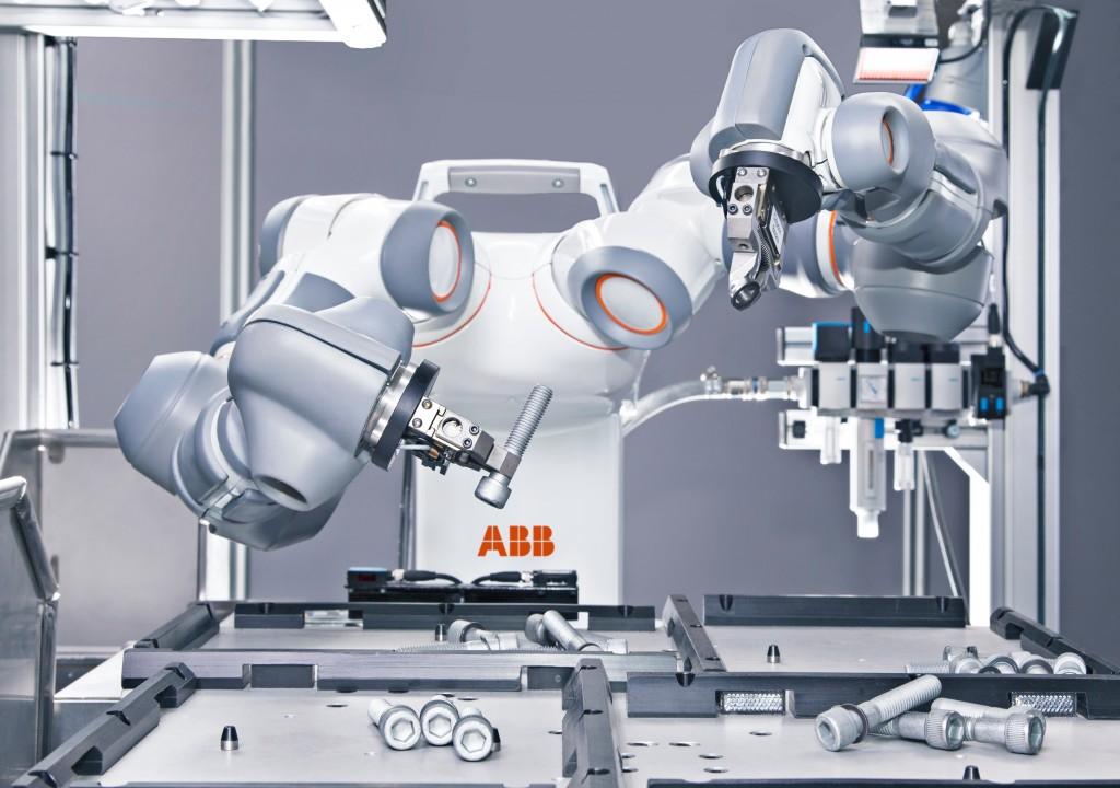 Met de twee armen kan YuMi in samenwerking met de mens, kleine onderdelen monteren