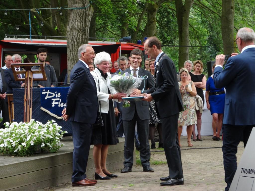 Ger van der Endt wordt door burgemeester Schelberg koninklijk onderscheiden: Ridder in de Orde van Oranje-Nassau