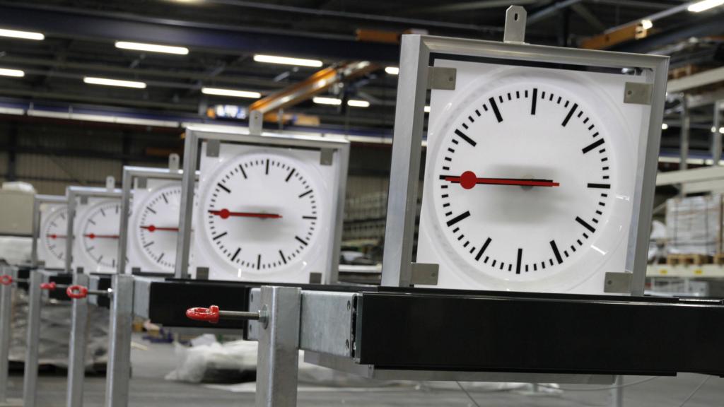 Armada Rail werkt o.a. aan ouderwetse herkenbare klokken die in een pilaar zitten met een stuk informatie voorziening, maar ook reclame