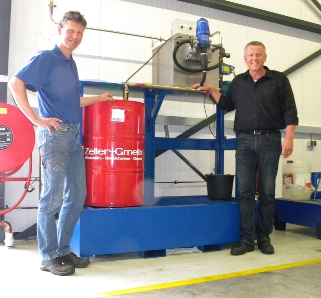 Remco Roesink (l.) van Nefit Industrial en Evert Rook van Lubes Industries voor het centrale mengsysteem van waaruit de diverse FMS-machines via een leidingstelsel van het nieuwe koelsmeermiddel Zubora 65 H Ultra worden voorzien