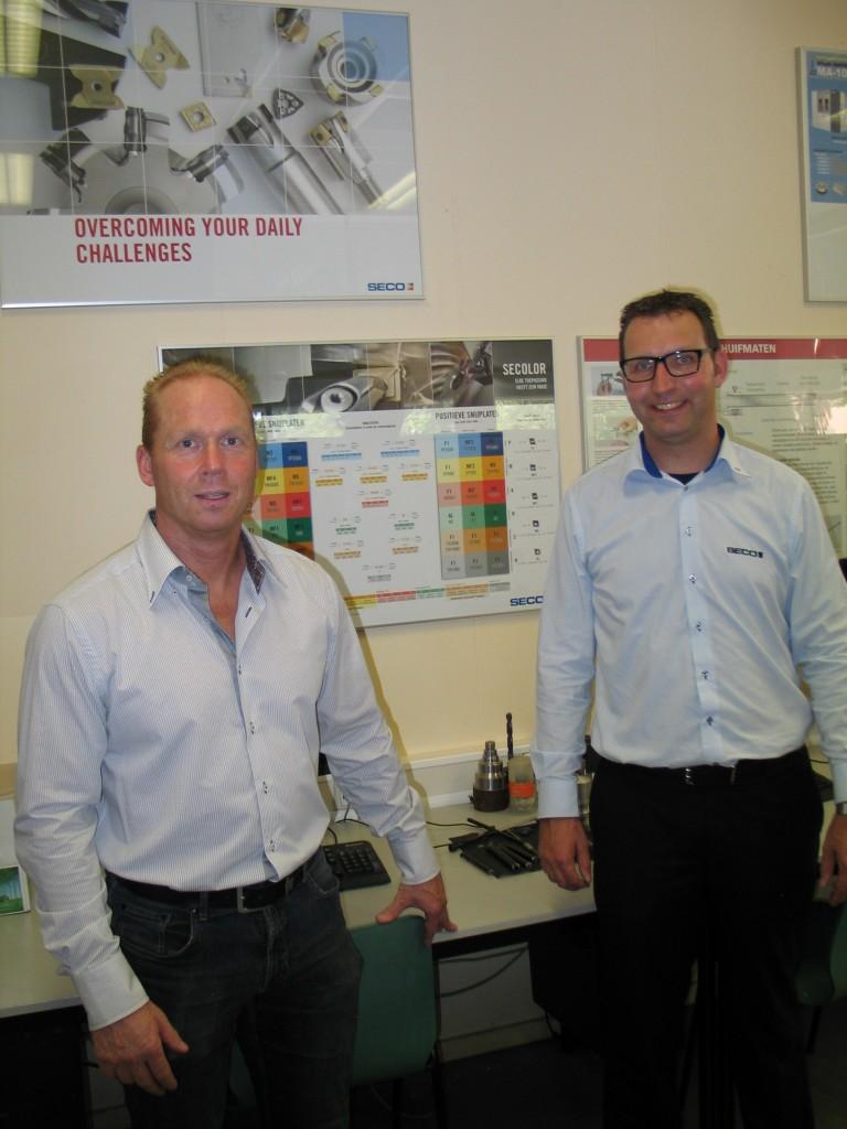 Met de gereedschappen die Seco verstrekt kan RTC een goede opleiding aanbieden aan hun leerlingen en lidbedrijven. Op de foto: Andre Heijne van RTC Hardenberg (links) en Bert Godeke van Seco Tools (foto: Seco)