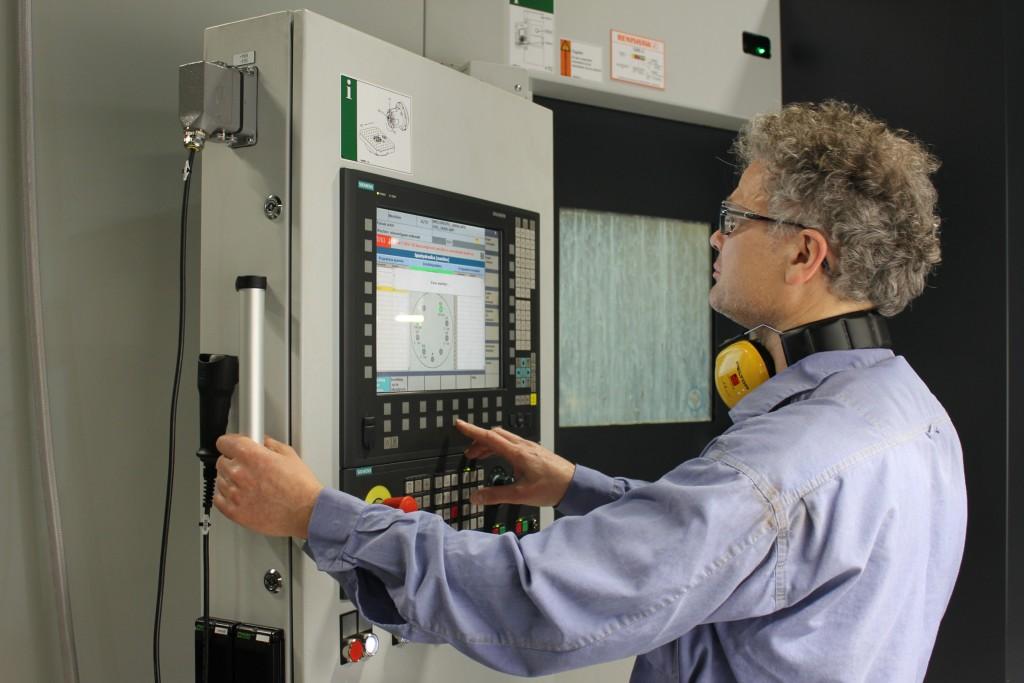 Proces-ingenieur Stephan Theeuwes bij het instellen van een machine