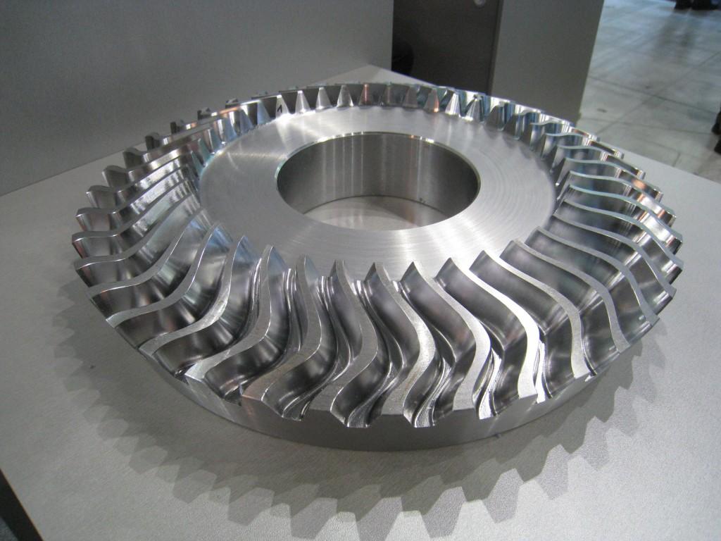 Een  complex vertandingswerkstuk door Hermle getoond tijdens de EMO Milano 2009