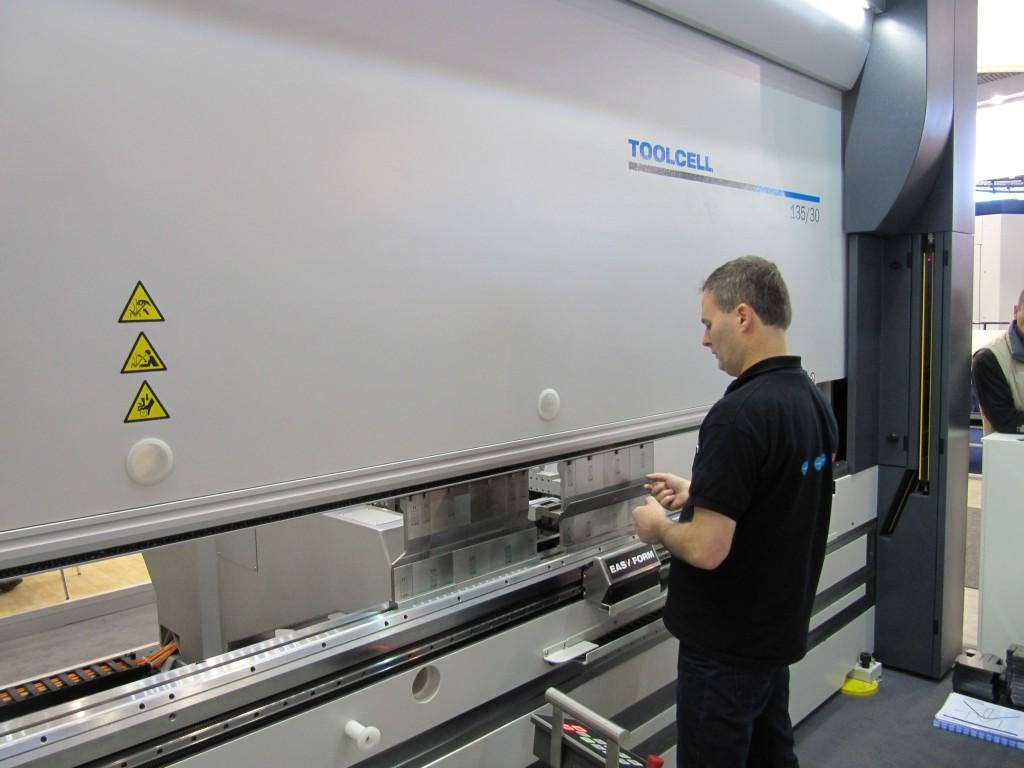 LVD demonstreerde tijdens de vorige editie van de Blechexpo de Toolcell wisselaar voor afkantgereedschappen