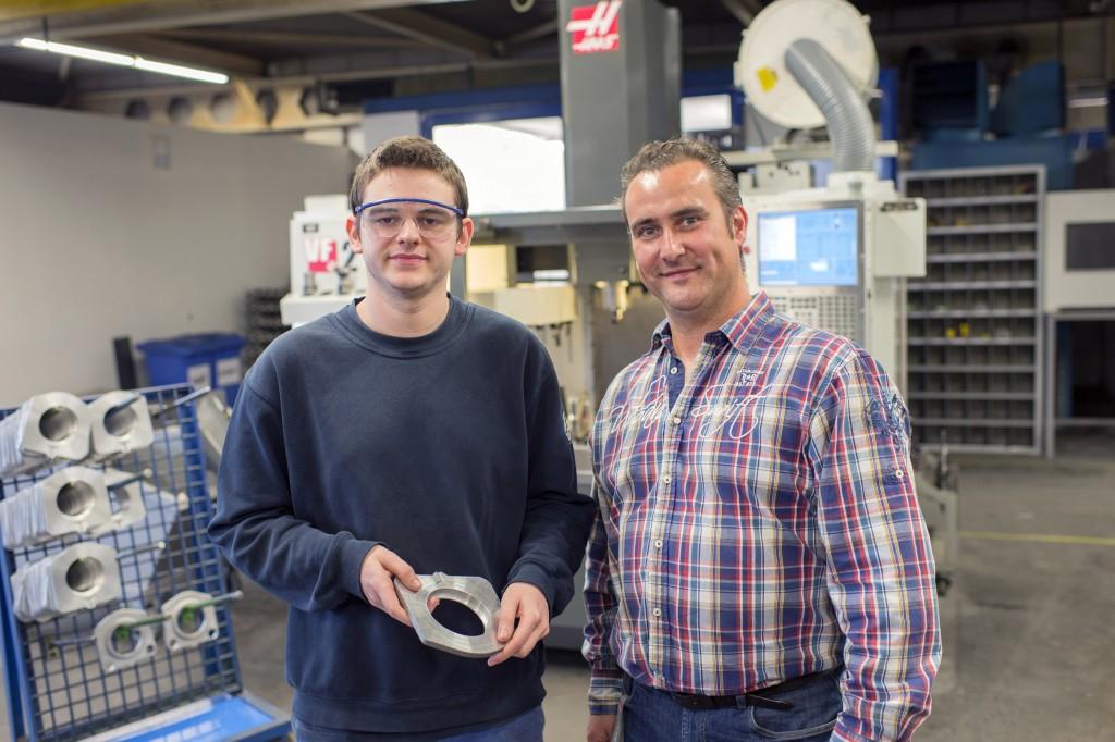 Leraar Danny Van de Voorde (rechts, van de Provinciale Secundaire School Bilzen) met een student. Van de Voorde houdt toezicht op de Haas-machines.