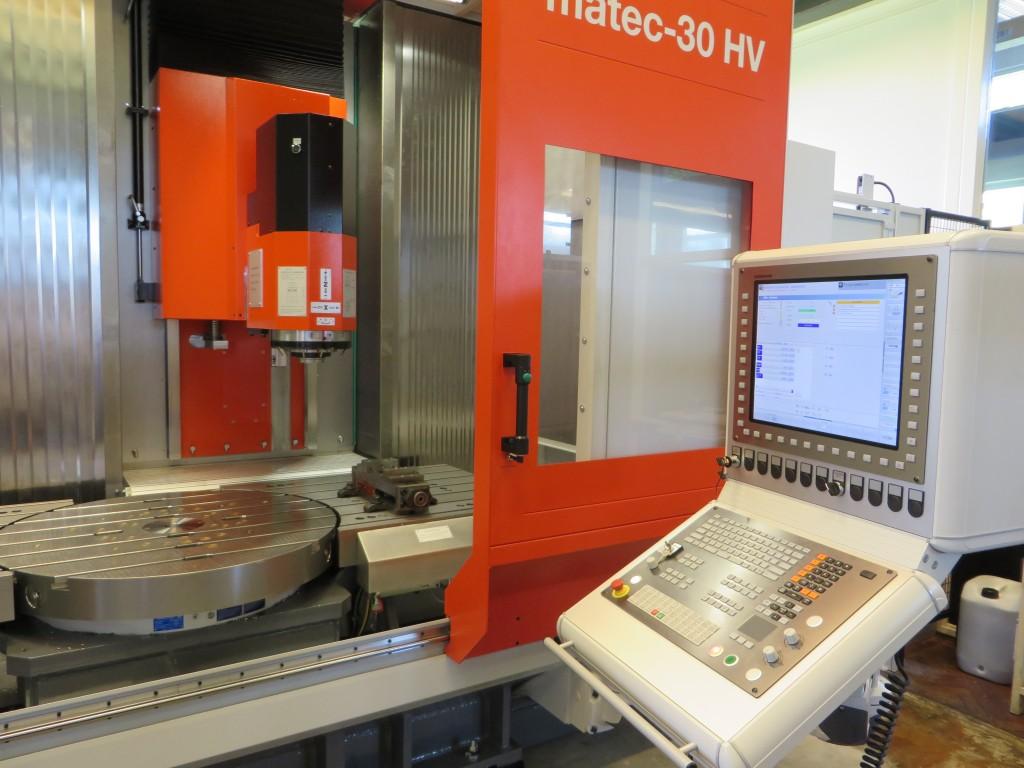 Een kijkje in de geopende Matec-30 HV. De rondtafel heeft een diameter van 1.000 mm. Het machinebereik is 2.000 mm x 800 mm x 800 mm (X x Y x Z)
